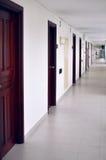 Μακρύς διάδρομος με πολλές πόρτες που βρίσκονται στην υπαίθρια βεράντα Στοκ Φωτογραφία