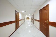 Μακρύς διάδρομος με τις ξύλινες πόρτες Στοκ Φωτογραφίες
