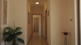 Μακρύς διάδρομος με τις ξύλινες πόρτες φιλμ μικρού μήκους