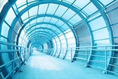 Μακρύς διάδρομος με τον τοίχο γυαλιού Στοκ φωτογραφία με δικαίωμα ελεύθερης χρήσης