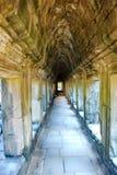 Μακρύς διάδρομος Wat Angkor στο φως ήλιων πρωινού Στοκ εικόνα με δικαίωμα ελεύθερης χρήσης