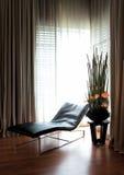 Μακρύς καναπές από το παράθυρο Στοκ φωτογραφίες με δικαίωμα ελεύθερης χρήσης
