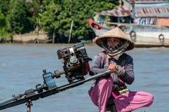 Μακρύς οδηγός γυναικών βαρκών ουρών στοκ φωτογραφία