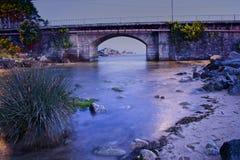 Μακρύς ποταμός έκθεσης που συνδέει με τη θάλασσα τη νύχτα στοκ φωτογραφία με δικαίωμα ελεύθερης χρήσης