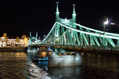 Μακρύς πυροβολισμός έκθεσης νύχτας γεφυρών της Βουδαπέστης στοκ φωτογραφία με δικαίωμα ελεύθερης χρήσης
