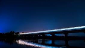 Μακρύς πυροβολισμός έκθεσης του τραίνου στη γέφυρα τη νύχτα στοκ φωτογραφία με δικαίωμα ελεύθερης χρήσης