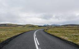 Μακρύς δρόμος που διασχίζει το διάσημο Mossy τομέα λάβας, Ισλανδία Στοκ Φωτογραφίες