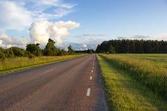 Μακρύς δρόμος σε ολόκληρη τη χώρα, νησί Saaremaa, Εσθονία Στοκ φωτογραφία με δικαίωμα ελεύθερης χρήσης