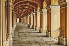 Μακρύς σχηματισμένος αψίδα διάδρομος, Gostiny Dvor, Αγία Πετρούπολη, Ρωσία στοκ φωτογραφία με δικαίωμα ελεύθερης χρήσης