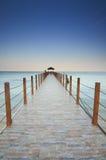 Μακρύς τίτλος αποβαθρών στη θάλασσα κάτω από τον όμορφο μπλε ουρανό Στοκ Φωτογραφία