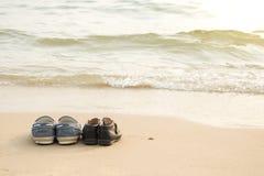 Μακρύτερα παπούτσια και παπούτσια του γιου στα thes beac Στοκ Φωτογραφία