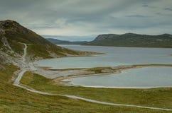 Μακρύτερος δρόμος της Γροιλανδίας που οδηγεί κατά μήκος της λίμνης Aajuitsup Tasia, Γροιλανδία στοκ φωτογραφία