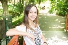 Μακρύ κορίτσι τριχών εφήβων το καλοκαίρι πάρκων κήπων Στοκ φωτογραφία με δικαίωμα ελεύθερης χρήσης