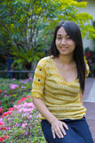 Μακρύ πίσω ασιατικό κορίτσι τρίχας στον κήπο Στοκ Εικόνες