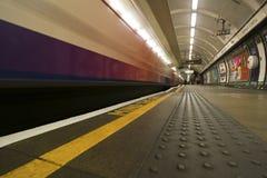 Μακρύ τραίνο έκθεσης στο Λονδίνο υπόγεια Στοκ Εικόνες