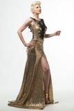 Μακρύ φόρεμα μόδας ομορφιάς γυναικών, κομψό κορίτσι στη χρυσή εσθήτα Στοκ εικόνα με δικαίωμα ελεύθερης χρήσης