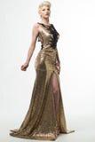 Μακρύ φόρεμα μόδας ομορφιάς γυναικών, κομψό κορίτσι στη χρυσή εσθήτα Στοκ εικόνες με δικαίωμα ελεύθερης χρήσης
