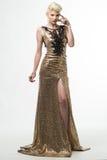 Μακρύ φόρεμα μόδας ομορφιάς γυναικών, κομψό κορίτσι στη χρυσή εσθήτα Στοκ φωτογραφία με δικαίωμα ελεύθερης χρήσης