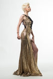 Μακρύ φόρεμα μόδας ομορφιάς γυναικών, κομψό κορίτσι στη χρυσή εσθήτα Στοκ Φωτογραφία