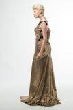 Μακρύ φόρεμα μόδας ομορφιάς γυναικών, κομψό κορίτσι στη χρυσή εσθήτα Στοκ Εικόνες