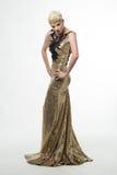 Μακρύ φόρεμα μόδας ομορφιάς γυναικών, κομψό κορίτσι στη χρυσή εσθήτα Στοκ Εικόνα