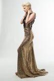 Μακρύ φόρεμα μόδας ομορφιάς γυναικών, κομψό κορίτσι στη χρυσή εσθήτα Στοκ φωτογραφίες με δικαίωμα ελεύθερης χρήσης