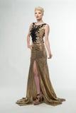 Μακρύ φόρεμα μόδας ομορφιάς γυναικών, κομψό κορίτσι στη χρυσή εσθήτα, Youn Στοκ Εικόνες