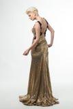 Μακρύ φόρεμα μόδας ομορφιάς γυναικών, κομψό κορίτσι στη χρυσή εσθήτα, Youn Στοκ Φωτογραφία