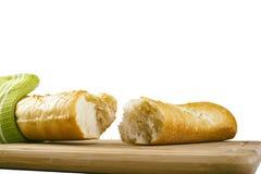 Μακρύ baguette που σπάζουν στα κομμάτια στο άσπρο υπόβαθρο Στοκ Εικόνες