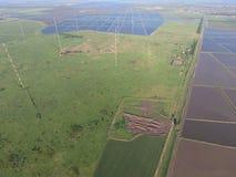 Μακρών κυμάτων επικοινωνία κεραιών ιστών μεταξύ των τομέων ρυζιού που πλημμυρίζουν Στοκ εικόνες με δικαίωμα ελεύθερης χρήσης