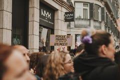 ΜΑΛΑΓΑ, ΙΣΠΑΝΙΑ - 8 ΜΑΡΤΊΟΥ 2018: Χιλιάδες γυναίκες συμμετέχουν στη φεμινιστική απεργία την ημέρα γυναικών στο κέντρο πόλεων της  Στοκ Φωτογραφία