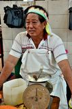 Μαλαισιανός φρέσκος κάτοχος στάβλων τροφίμων με την αγορά Kuching Μαλαισία Satok κλιμάκων κορδελών και βάρους στοκ εικόνα με δικαίωμα ελεύθερης χρήσης