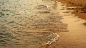 Μαλακά κύματα θάλασσας που ορμούν στο ηλιοβασίλεμα Στοκ Εικόνα