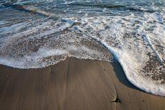 Μαλακά κύματα σε μια παραλία Στοκ Εικόνες