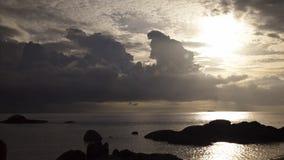 Μαλακά σύννεφα πέρα από τη θάλασσα με τις ακτίνες ήλιων timelapse απόθεμα βίντεο