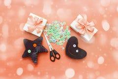 Μαλακά χειροποίητα παιχνίδια Υλικά για τα καλλιτεχνικά κουμπιά, ψαλίδι, αστέρι παιχνιδιών Στοκ φωτογραφία με δικαίωμα ελεύθερης χρήσης
