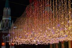 Μαλακές γιρλάντες Χριστουγέννων εστίασης με στοκ φωτογραφία με δικαίωμα ελεύθερης χρήσης