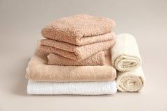 Μαλακές πετσέτες λουτρών στο υπόβαθρο Στοκ φωτογραφία με δικαίωμα ελεύθερης χρήσης