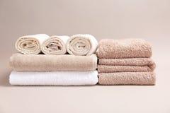 Μαλακές πετσέτες λουτρών στο υπόβαθρο Στοκ Εικόνες