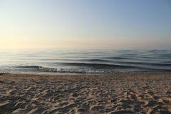 Μαλακή ήρεμη παραλία κοντά στο ηλιοβασίλεμα στοκ φωτογραφία