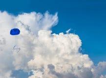 Μαλακή βολίδα πυραύλων κύκλων της Ταϊλάνδης εστίασης που απογειώνεται στον ουρανό, πτώση βολίδων πυραύλων κάτω με το αλεξίπτωτο Η στοκ εικόνες