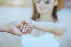 Μαλακή εστίαση της εκμετάλλευσης χεριών στοκ εικόνες
