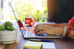 Μαλακή εστίαση της νέας γυναίκας του freelancer που εργάζεται χρησιμοποιώντας το φορητό προσωπικό υπολογιστή στη καφετερία, την τ στοκ εικόνα