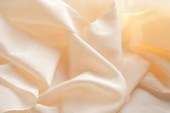 Μαλακή κρέμα μεταξιού υφασμάτων σχεδίων υποβάθρου σύστασης Ύφασμα για ανά Στοκ φωτογραφία με δικαίωμα ελεύθερης χρήσης