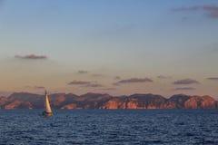 Μαλακή ωκεάνια ανατολή τοπίων με τη βάρκα γιοτ στοκ φωτογραφία με δικαίωμα ελεύθερης χρήσης