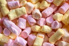 Μαλακός και λαστιχωτός Γλυκά τρόφιμα πρόχειρων φαγητών Ζωηρόχρωμη μίνι marshmallow υπόβαθρο ή σύσταση Marshmallow souffle με τη γ στοκ εικόνες