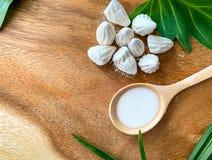 Μαλακός-προετοιμασμένη κιμωλία ή άσπρο υλικό πληρώσεως αργίλου στο ξύλινο πάτωμα και υδροδιαλυτός στο ξύλινο κουτάλι στοκ εικόνα