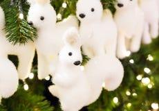 Μαλακό άσπρο fir-tree παιχνιδιών ο σκίουρος με τα μαυρισμένα μάτια σε ένα κομψό χριστουγεννιάτικο δέντρο στοκ εικόνα