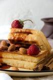 Μαλακό κίτρινο στρογγυλό πιάτο φραουλών μαρμελάδας βαφλών στοκ φωτογραφίες