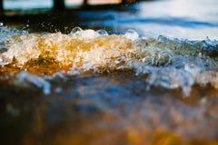 Μαλακό κύμα που φθάνει στη μακροεντολή παραλιών χαλικιών στοκ εικόνες